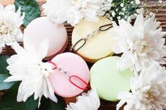 与最好的朋友镯子的蛋白杏仁饼干法国曲奇饼 库存照片