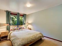 与最小的设计的简单的卧室内部 免版税图库摄影