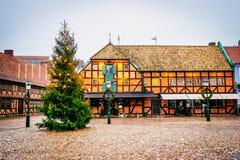 与最旧的家的老在圣诞节的市中心和大厦在Malmö晒干在瑞典 库存照片