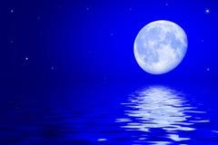 与月亮和星的夜空在水表面反射了 免版税库存图片
