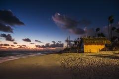 与月亮和星的神秘的日出在沙滩在蓬塔 免版税库存图片