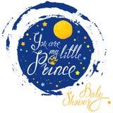 与月亮和星的婴儿送礼会在蓝色难看的东西背景 calli 向量例证