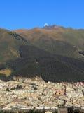 与月亮的火山 免版税图库摄影