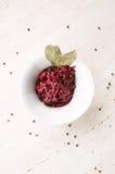 与月桂叶的自创西红柿酱在白色碗 库存图片