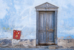 与有一点红色的葡萄酒蓝色门 库存照片