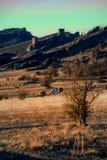 与有些山和城堡o的日落风景 库存照片