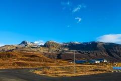 与有些房子的冰岛风景 免版税图库摄影