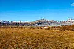 与有些房子的冰岛风景 免版税库存照片