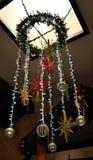 与有些装饰品的垂悬的光 免版税库存图片