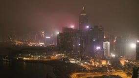 与有启发性摩天大楼的意想不到的夜间地平线 股票 街市迪拜,阿拉伯联合酋长国的高的看法 五颜六色的旅行 股票录像