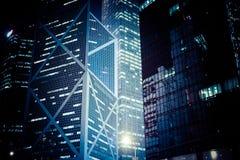 与有启发性摩天大楼的未来派夜都市风景 洪Ko 图库摄影