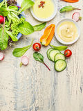 与有机庭院菜的新国家沙拉准备在轻的土气厨房用桌上,顶视图,文本的地方 库存图片