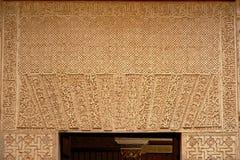 与有机形状的摩尔人装饰在Nasrid palalce,阿尔罕布拉宫,格拉纳达的一个门上 免版税库存图片