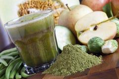 与有机绿色和Spirulina的新近地做的汁液 免版税库存照片
