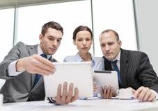与有片剂的个人计算机的企业队讨论 免版税库存照片