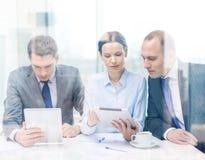 与有片剂的个人计算机的企业队讨论 免版税图库摄影