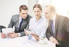 与有片剂的个人计算机的企业队讨论 免版税库存图片