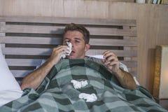 与有的组织的病的在家被浪费的和被用尽的人床说谎的感觉不适的遭受的寒冷和流感打喷嚏的鼻子病毒和 免版税库存照片