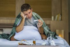 与有的组织的病的在家被浪费的和被用尽的人床说谎的感觉不适的遭受的寒冷和流感打喷嚏的鼻子病毒和 免版税库存图片