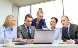 与有的膝上型计算机的企业队讨论 免版税库存照片