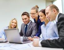 与有的膝上型计算机的企业队讨论 库存图片