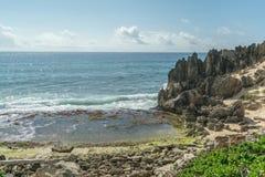 与有趣的石形成的多岩石的海滩 库存图片