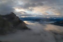 与有雾的天空在Lechtal阿尔卑斯, Tyol,奥地利的日出 免版税库存照片