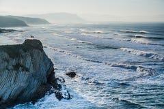 与有风波浪的Ikurrina旗子在Sopelana海滩 库存图片