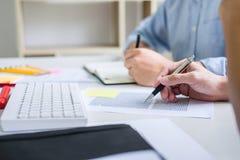 与朋友的家庭教师书,人有书的开会指向一起学习有同学检查的书桌,手或课本 免版税库存照片