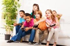 与朋友的强烈的电子游戏 免版税库存照片