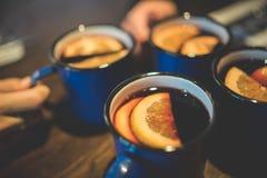 与朋友的热的酒 免版税库存照片