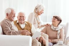 与朋友的老妇人谈话 免版税库存照片