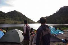 与朋友的Ranu Kumbolo 12月 库存照片