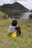 与朋友的Ranu Kumbolo 12月 免版税库存图片