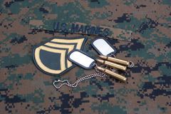 与服务磁带、卡箍标记和被伪装的制服的美国海军陆战队概念 免版税库存图片