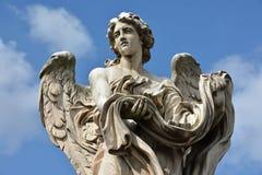 与服装和模子的天使从Ponte Sant'Angelo,在罗马 库存照片