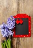 与服装扣子的红色和黑备忘录板在心脏形状 免版税库存图片