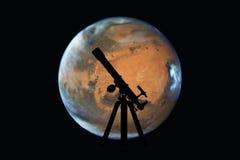 与望远镜剪影的空间背景  火星行星 免版税库存照片