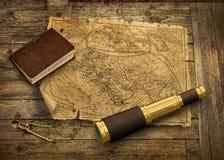 与望远镜的旧世界地图 库存图片