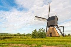 与木上院的荷兰盖的石空心岗位磨房或 免版税库存照片
