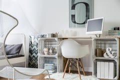 与木书桌的现代被设计的工作空间 免版税库存照片