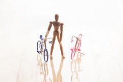与木人的钝汉和自行车的概念在白色b 免版税库存照片