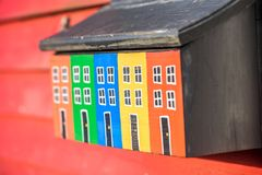 与木传统房子的五颜六色的邮箱在圣约翰斯, Ne 库存图片