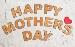 与木信件的愉快的母亲节在一老白色backgroun 免版税库存照片