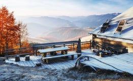 与木农舍的喀尔巴阡山脉风景 10月mou 图库摄影