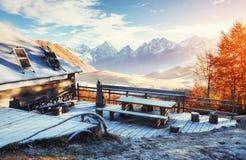 与木农舍的喀尔巴阡山脉风景 10月mou 库存图片