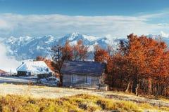 与木农舍的喀尔巴阡山脉风景 10月mou 库存照片
