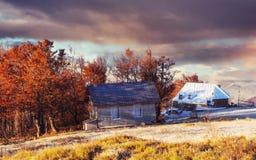 与木农舍的喀尔巴阡山脉风景 10月mou 免版税库存照片