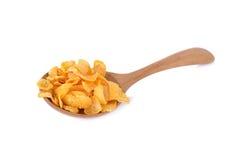 与木匙子的酥脆玉米片在白色背景 库存照片