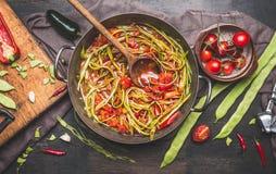 与木匙子的绿色扁豆膳食准备 免版税图库摄影